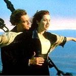 El mar, Leo, Kate, la puesta de sol... Pues dicen los expertos que la puesta de sol debería estar en el frente del barco porque se supone que están surcando el Pacífico Norte. Un detallito sin importancia. ¡Qué ganas de romper el romanticismo!