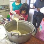 ミキサーで混ぜたものを鍋に移します