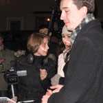 Janina Ludwig, Andreas Zahn und Samira ElOuassil beim Dreh auf dem Christkindlmarkt