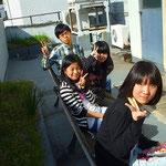 少人数制特訓授業にて、屋上でお菓子とお茶と共に休憩をしているところです。