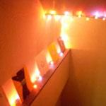 教室内の階段にはレコードが飾ってあり、ライトアップされています。