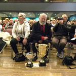 Les trophées devant Guy Lacan