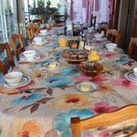 Chambre d'hôtes Aveyron table des petits déjeuners sur la terrasse