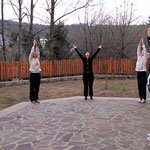 Yogaübungen vor dem Seminarraum im Haus AHOM