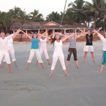 Indien/ Yoga am Strand in Goa