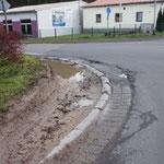 Kreuzung Ostring - Am Trieb: eingefahrenes Bankett durch die LKW-Schleppkurven bis einer umstürzt!