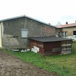 Ostring: Rückseite Jugendhaus: unverputzte Mauersteine + desolater Holzschuppen
