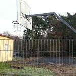 Ostring Jugendhaus: Die Körbe für das Basketballspielfeld stehen bereit zur Montage