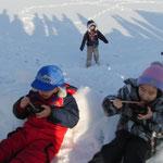 子ども達は、雪遊びとおしるこに舌鼓をうつ