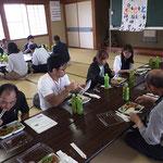 板山の弁当を食べる
