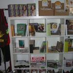 Bücher, Buttons, Aufkleber, Taschen und mehr