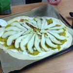 Der Kürbis Flammkuchen mit Birne ist bereit für den Ofen