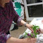 Tesafilm eignet sich dazu kleine Abteilungen auf der Vase abzukleben.....
