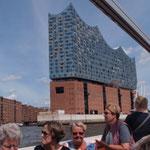 Von der Wasserseite aus wurde uns die Hafencity und der Hafen gezeigt.