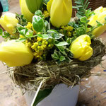 Aus Heu wurde ein Kranz gedreht und anschl. mit Tulpen gefüllt