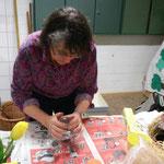 Linda Letsch zeigt wie ein Nest aus Heu entsteht
