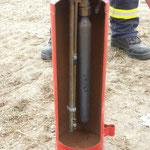 Feuerlöscher von Innen: links das Pulver, rechts das Triebmittel