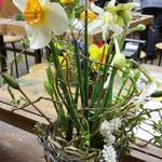 ...jedes Glas wurde mit schönen Blumen gefüllt.