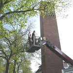 Dieter Mose + Karsten Hesse fahren hinauf zum Glockenturm.    Foto: Ulrike Mose