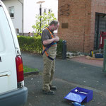 Dieter Mose legt sich den Sicherheitsgurt an.    Foto: Ulrike Mose