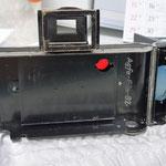 フィルム圧版。右上の赤い部分はフィルム番号の覗き窓。6x9版で120ロールフィルムで8枚撮りとなり、フィルム裏紙に書かれた1から8までの番号がこの赤窓から確認できる。爺さんオリジナルプレートをセットした場合は、この窓に現れる文字はあてにならない。