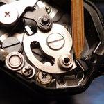 巻き上げて、巻き上げレバーをゆっくりと戻していくと、連動する小さなカム(下に隠れている)が微妙に引っかかり問題の症状となる。(修正後の画像)