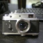 フォクトレンダー50mmF2.5、セルフタイマーレバーはニコマートELのものを付けている。