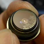 レンズ内側の網状のものはかびで除去できたが、腐食によるものと思われる部分は除去できない。