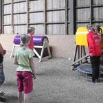 Nicole zeigt erklärt Übungen auf dem Holzpferd