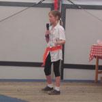 angekommen im Festzelt: da steht unsere kleine Theresa schon auf der Bühne und singt :)