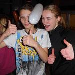 auch Nicole und Lukas aus der L-Gruppe haben Spaß beim Luftballon-Tanz..