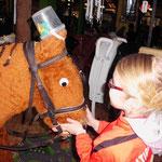 Lara hat ein kleines Pferdchen gefunden.