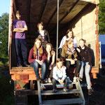 Gruppenbild in einem Transporter, den wir während eines Spaziergangs entdeckten. Es fehlen: Mona, Hannah und Lara
