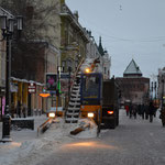 """""""Stalins Arme"""": Um den Schnee vom Rand der Fußgängerzone wegzukriegen, bedarf es in Nischni feinster Koordination zwischen dem Fahrer von dem Schaufel-Förderband-Dings und dem Fahrer des rückwärts nachschiebenden LKWs."""