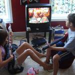 """Allison und Elliott playing """"Guitar Hero"""""""