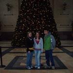 Rachel, Julie und ich vor einem Weihnachtsbaum