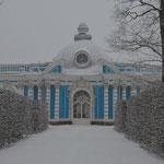 Gartenhütte o.ä. von Katharina II. in Puschkin bei St. Petersburg. Vom Katharinenpalast hab ich keine guten Fotos, der ist bei Schönwetter fotogener... Schauts ihn euch auf Wikipedia an oder kommts nach Russland! =)