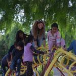 Bolivianische Kinder spielen auf einem Saurier-Klettergerüst ;-)