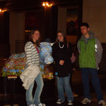 Rachel, Julie und ich vor einer Plastikkuh