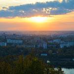 Blick vom Park Schwejzarija auf den unteren Teil der Stadt. Im oberen Teil von Nischni befinden sich das Zentrum und die Linguistische Uni. Der untere Teil der Stadt ist wesentlich größer, dort befindet sich u.a. der Bahnhof.