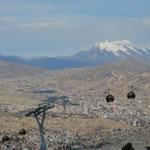 Die Doppelstadt La Paz/El Alto liegt auf 3.250-4.050 Metern Seehöhe. Höher als Lhasa, aber im Gegensatz zu den Tibetern sind die Bolivianer gegen die Höhenkrankheit nicht immun. Im Hintergrund der Illimani (6.439 m).