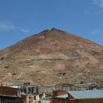 Der Cerro Rico bei Potosí. Diesem Silberberg hatte das frühneuzeitliche Europa einen Gutteil seines Reichtums zu verdanken. Damals war Potosí (auf 4.000 Metern Seehöhe gelegen) die reichste Stadt der Welt, heute ists drecksarm.