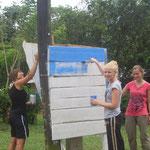 Architekturstudentinnen in Longo Mai = Telefonzelle bauen (Cristina, Melanie, Conny)