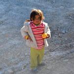 Ein Mädchen wartet vor dem Stollen auf seinen Vater.