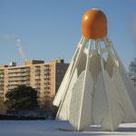 Überdimensionaler Federball vor dem Kunstmuseum