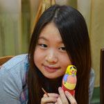 Made in China. Chinesische Studentin mit Matrjoschka.