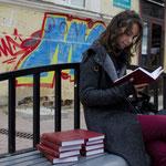 Eine nette Idee – Bücher an öffentlichen Orten herumliegen lassen, auf dass sie von anderen gelesen werden. Hier finden sich an einer Straßenbahnhaltestelle neun identische, nagelneue Lermontow-Sammelbände.
