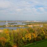 Blick von der oberen Uferstraße auf die Wolga. Im Hintergrund die Stadt Bor (78.000 Einwohner), in der Bildmitte die unlängst eröffnete Seilbahn. Eine Brücke gibt es einige Kilometer stromaufwärts.