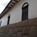 Die Inkas haben ihre Stadt auf den Resten einer älteren Stadt gebaut. Und die Spanier haben dann die Inkastadt überbaut. ;)