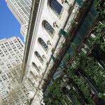 Die New York Public Library und ein Wolkenkratzer
